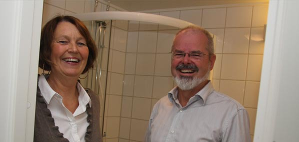 Lene Hallsteinsen og Tron Svagård viser fram et av de nye badene