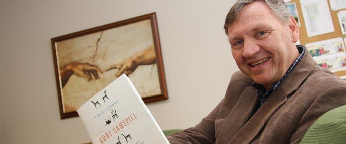 Terje Landro med sin nye bok: Godt samspill