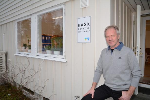 Rask psykisk helsehjelp har flyttet inn i nye lokaler ved innkjøringen til Modum Bad. Her er leder Egil Halleland avbildet foran bygget. Huset på haugen.