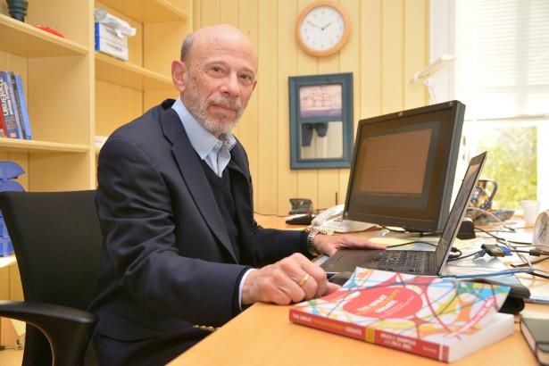 Forskningsleder Bruce Wampold med sin nye bok: The Great Psychotherapy Debate