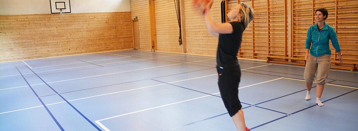 Nytt gulv i gymsalen etter 40 år! Taraflec Sport m performance fra UNISPORT. Helsesportpedagogene Veslemøy Bråten og Marita Storholt gleder seg til å ta det i bruk!