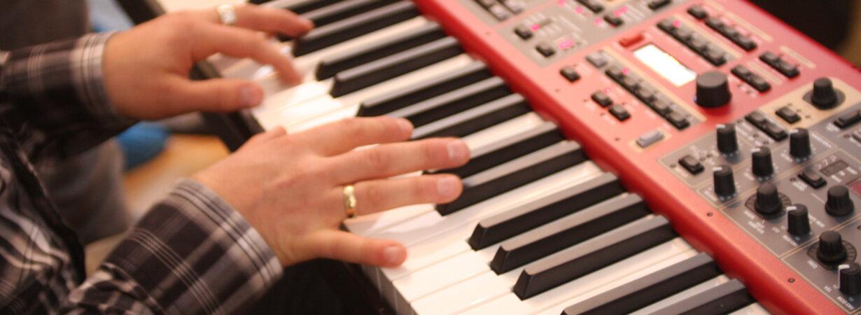 Tangenter - piano - el-piano - keyboard Åpning av Villa Cultura
